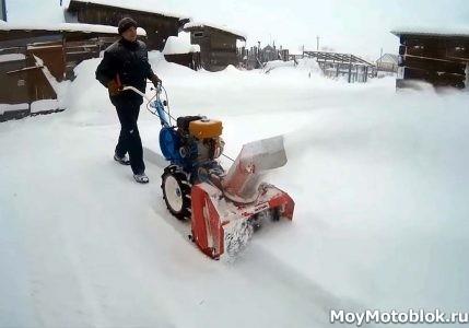Уборка снега мотоблоком с лопатой-отвалом, щеткой, шнекоротором